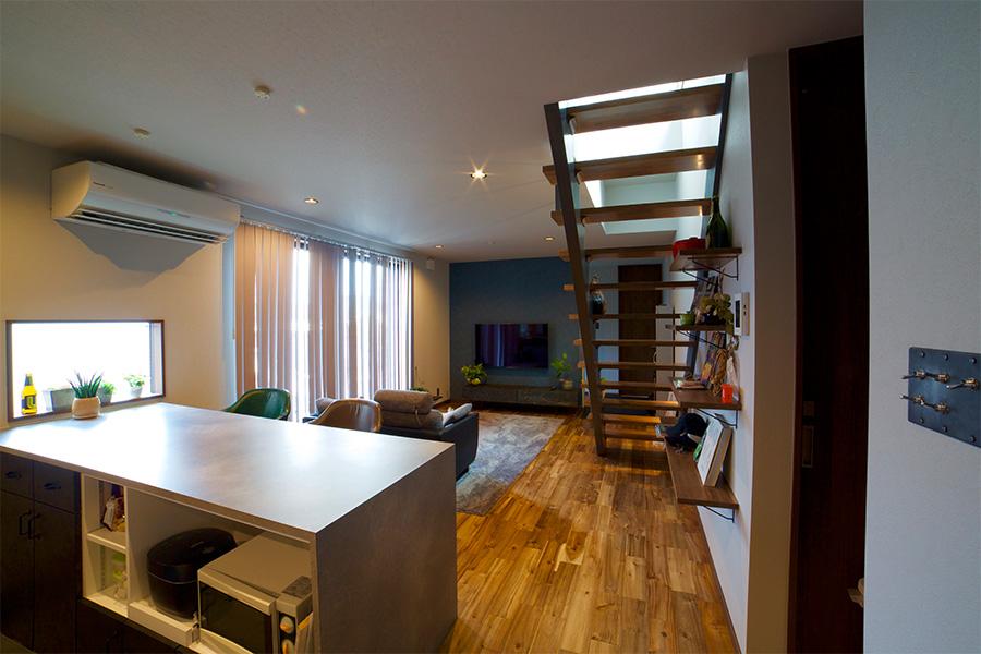 こだわりのキッチンが印象的なシンプル・モダンな家